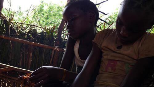 Kinder in afrikanischem Dorf